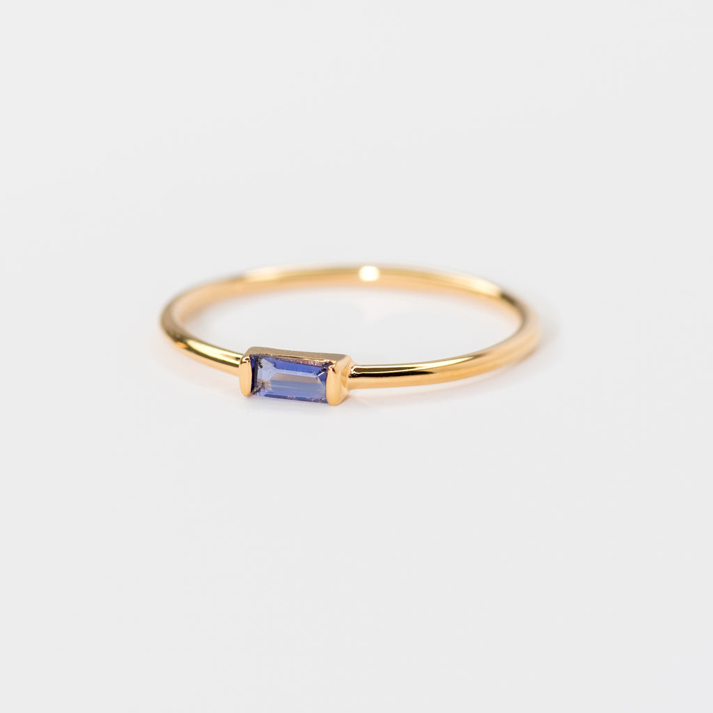 Iolite on yellow gold ring