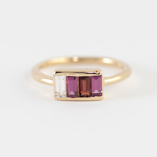 Baguette cut stones on Gold ring Quinn