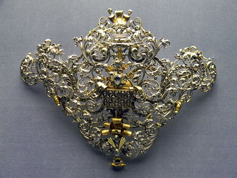 File:18th century portuguese devant de corsage or stomacher made of gold, silver, and diamonds, National Museum of Ancient Art.JPG