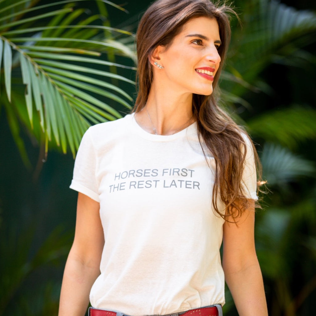 "Camiseta ""horses first the rest later"" cinza"