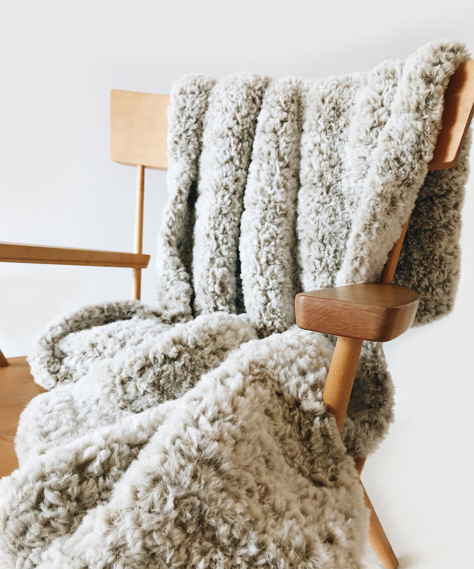 Quick + easy crochet faux fur throw!
