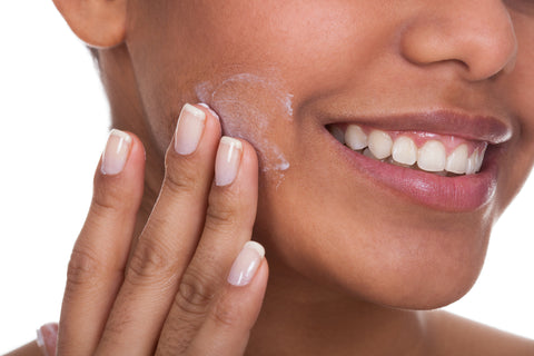 woman using manuka oil benefits on her face