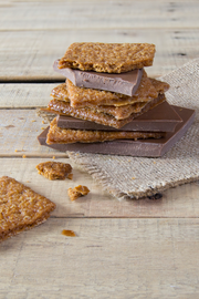 Caramelized cookies milk chocolate bar