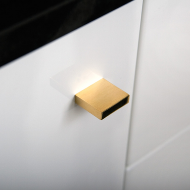 Square knob pull in polished brass. Modern and minimal.