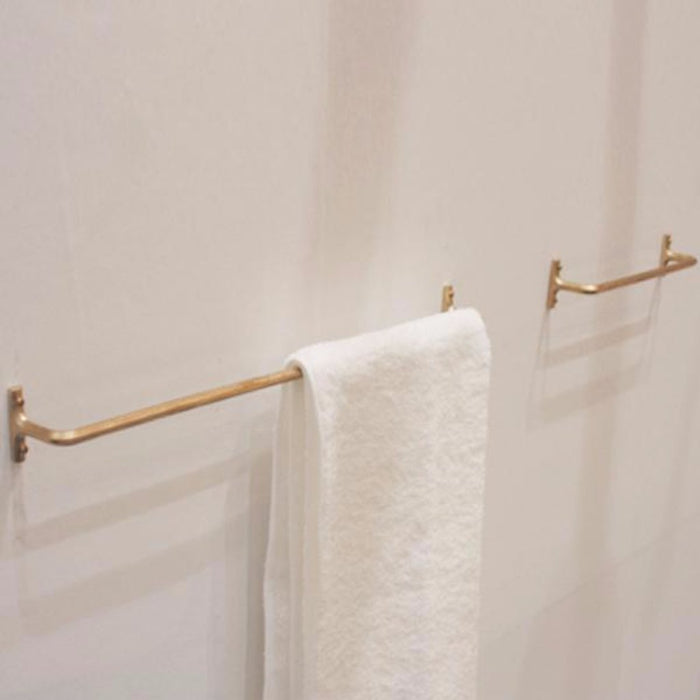 A small and minimal towel bar made of cast brass. Designed by Oji Masanori.
