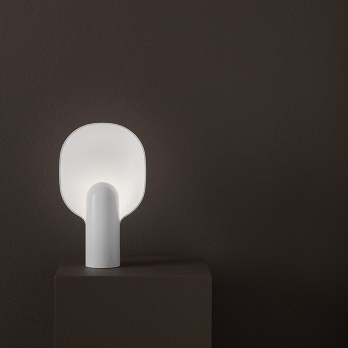 Minimal table lamp in white