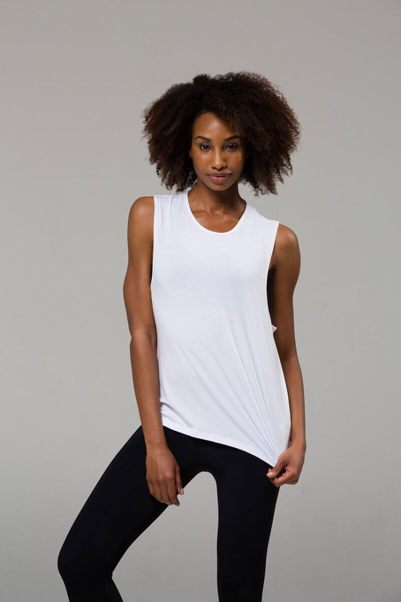 SEA YOGI // Onzie Twist back Top en white, front
