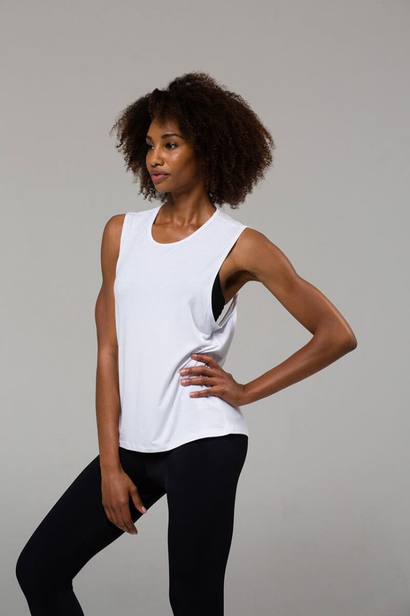 SEA YOGI // Onzie Twist back Top en blanco, left