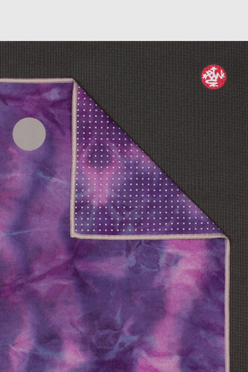 SEA YOGI // Yogitoes skidless towel in Groove Magic style by Manduka, Online Yoga Store, close up image