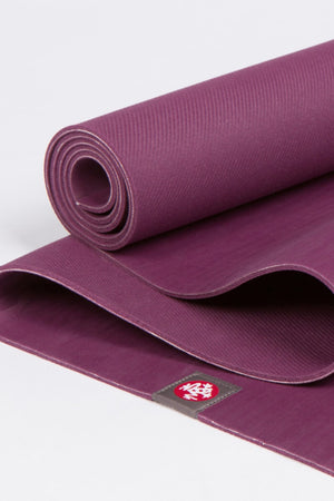SEA YOGI // Esterilla de yoga el eko Lite en 4mm y Acai, Manduka, Tienda de Yoga, close up