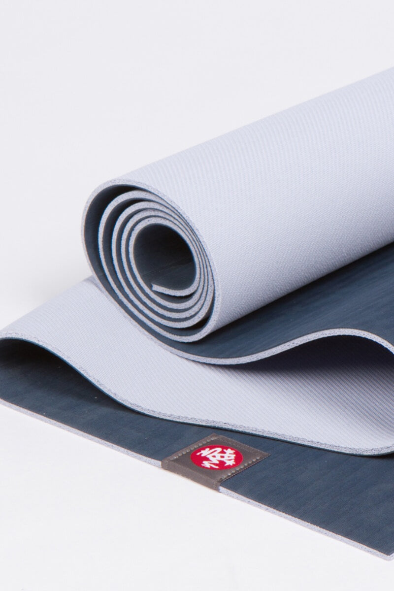 SEA YOGI // Esterilla de Yoga eko Lite en 4mm y midnight stile de Manduka, Tienda de Yoga, rolled up