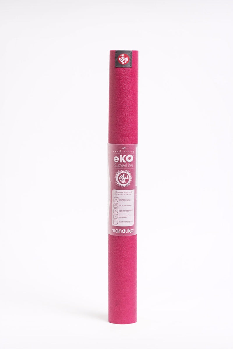 SEA YOGI online yoga shop - Yoga mats in Spain - Manduka - Eko Superlite 1kg - Fuchsia - standing