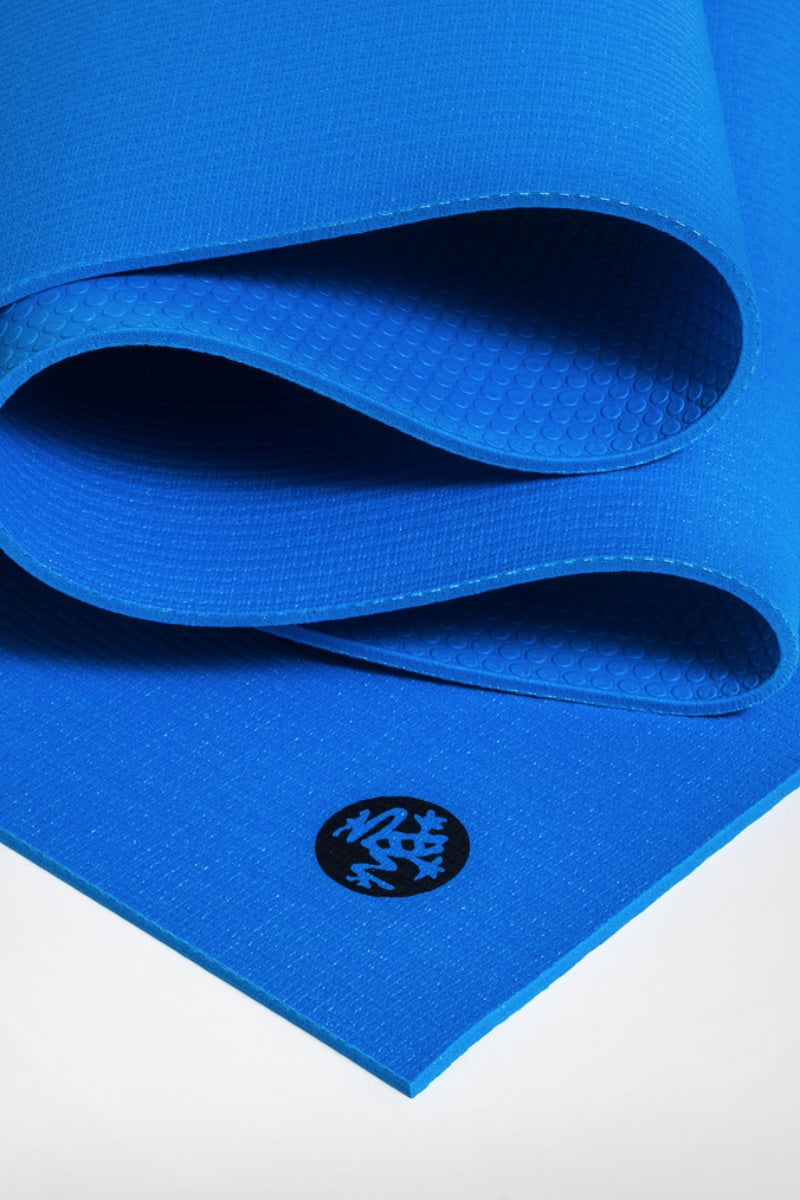 SEA YOGI // Prolite mat, 6mm thick and in Truth Blue style by Manduka, close up image