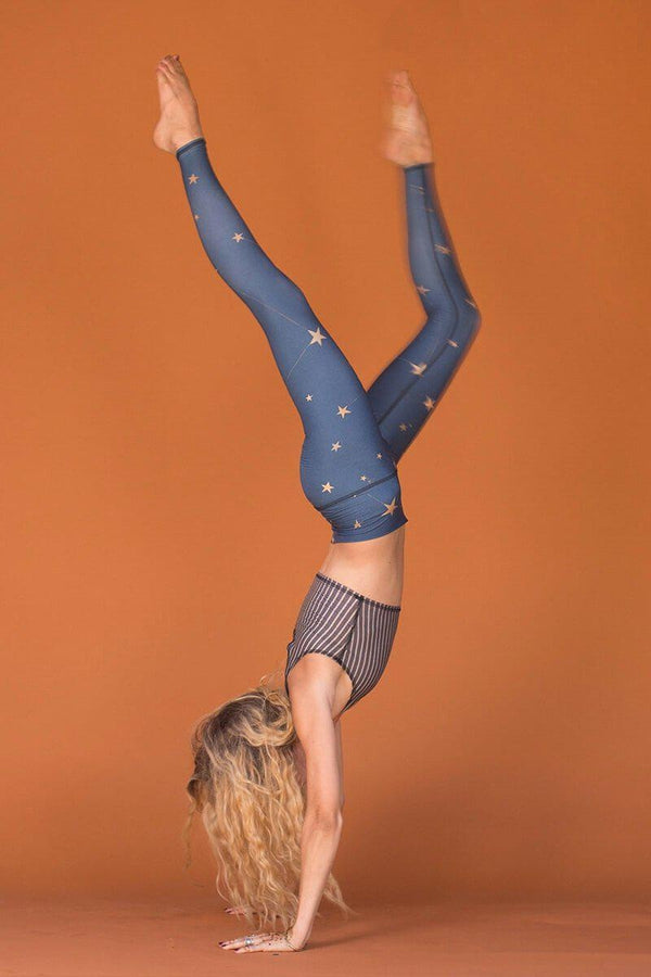 SEA YOGI // Great Star Nation Hot Pant in Navy by Teeki, Tienda de Yoga, handstand
