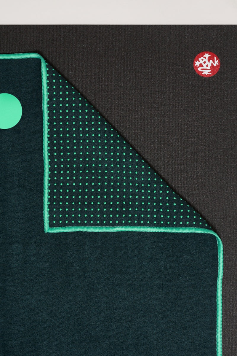 SEA YOGI // Yogitoes skidless towel in Thrive style by Manduka, close up image