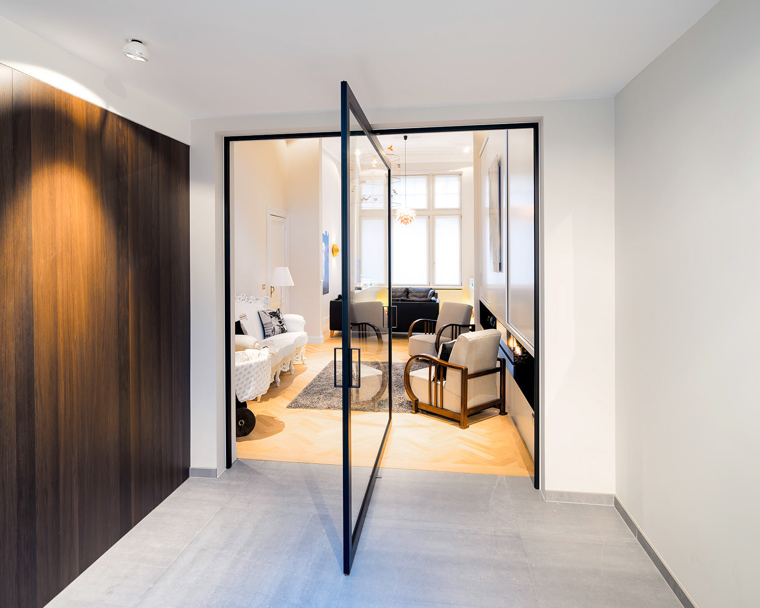Central axis pivot door with 360° functionality