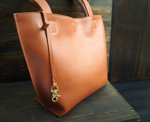 The TOTE in camel leather Purse - KAMEL