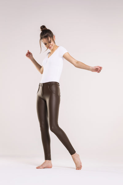 SKINNY FAUX LEATHER MID RISE CHOCOLATE