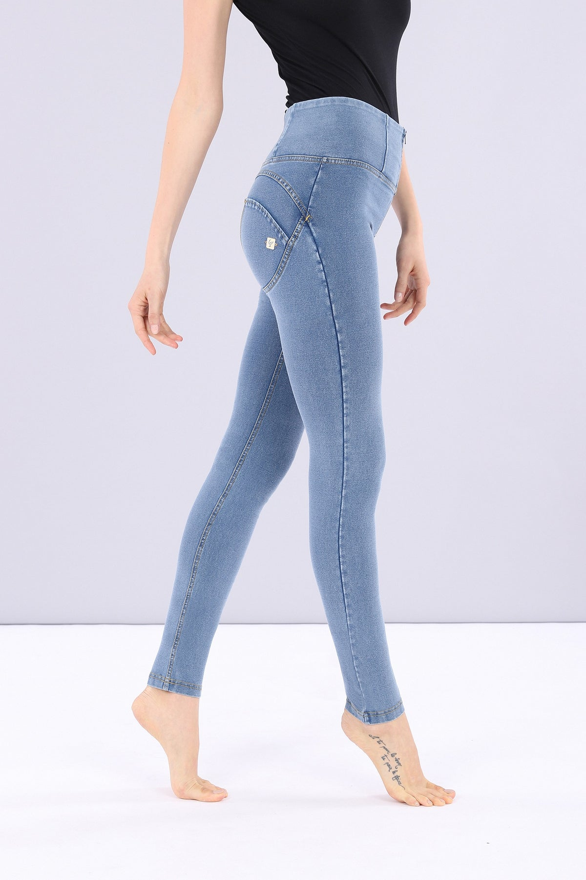 LIGHT DENIM HIGH RISE SELF TONE ZIP