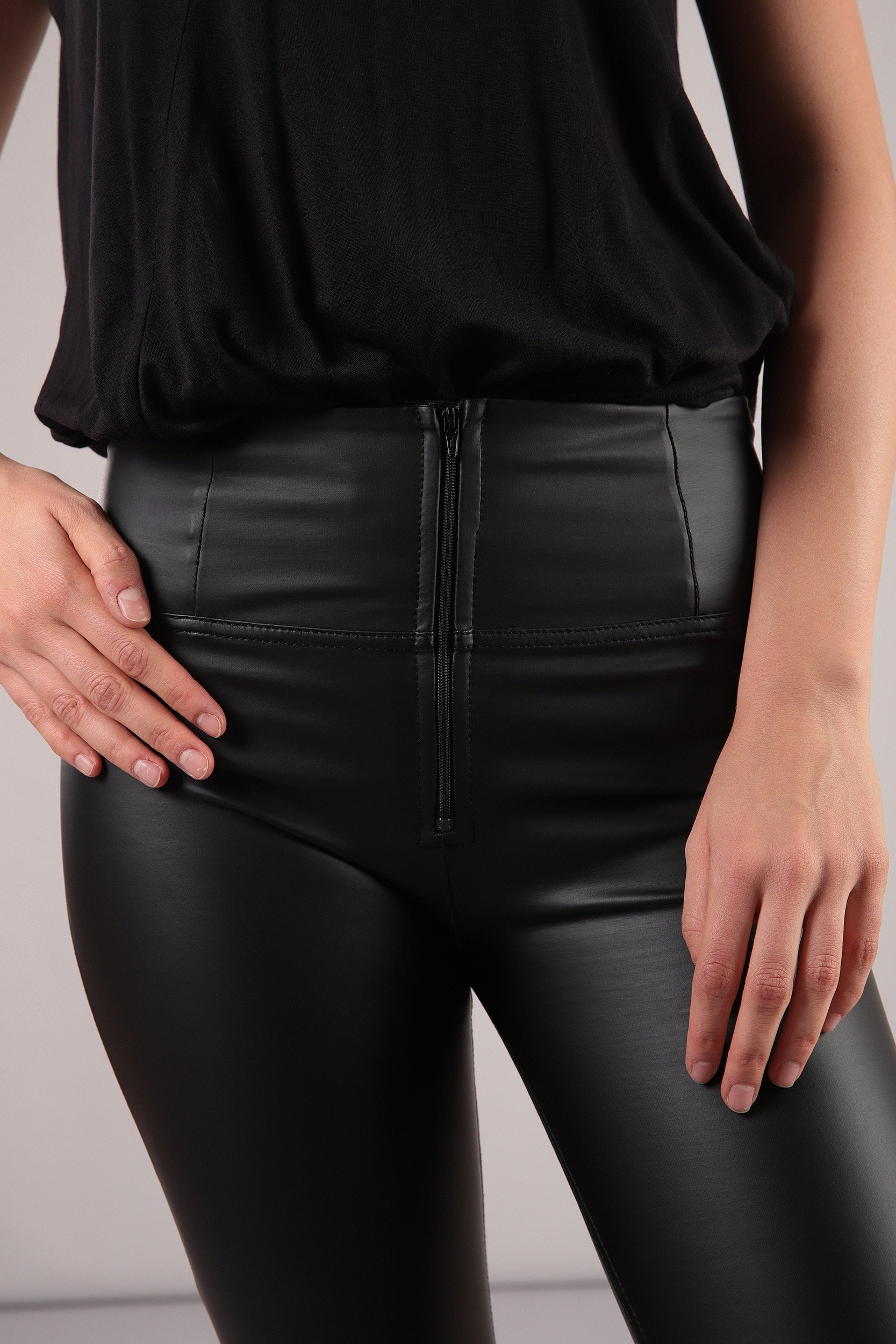 HIGH RISE SKINNY FAUX LEATHER SELF TONE ZIP