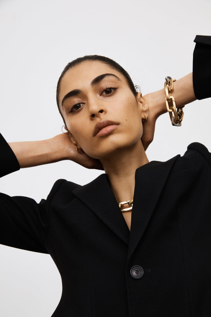 Model wearing bracelet made of Brushed Gold Cara Clip Body Bagatiba