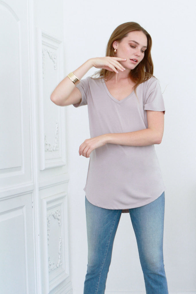 VALENTINA V-NECK TEE PEBBLE