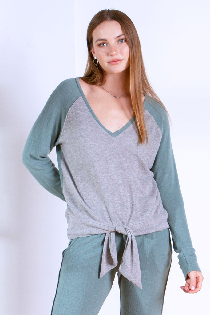 KAL BRUSHED HACCI V-NECK AGAVE / HEATHER GREY
