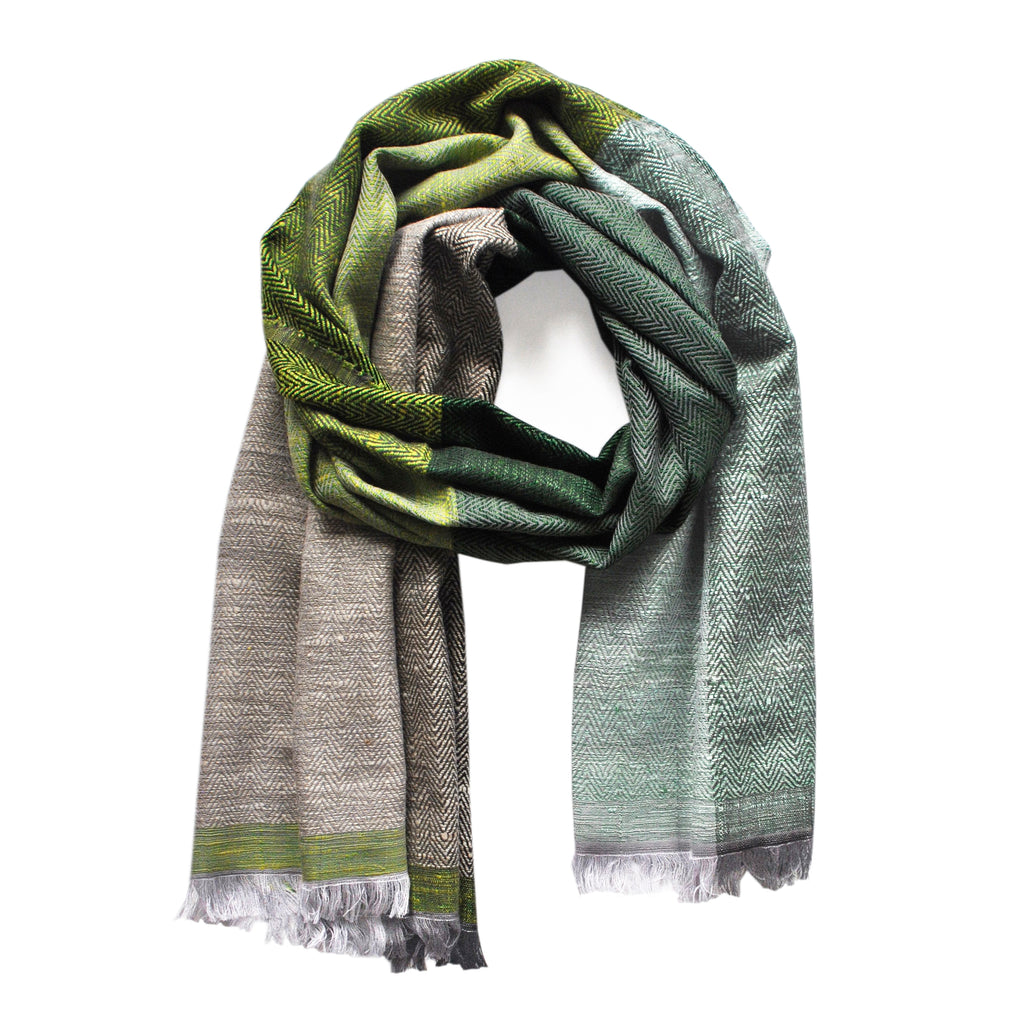 The KARIGAR shawl green is a timeless and luxurious wrap made from peace and ethical silk and merino wool. The natural sjaal is beautiful and stylish to wear all through the year
