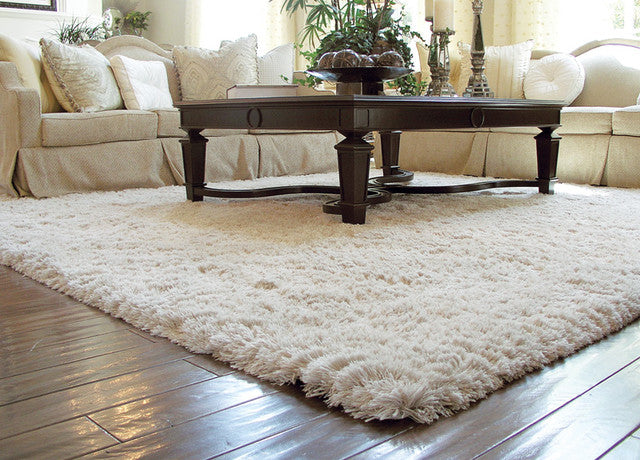 Gentil Up Close Shot Of White Shag Rugs With A Coffee Table .