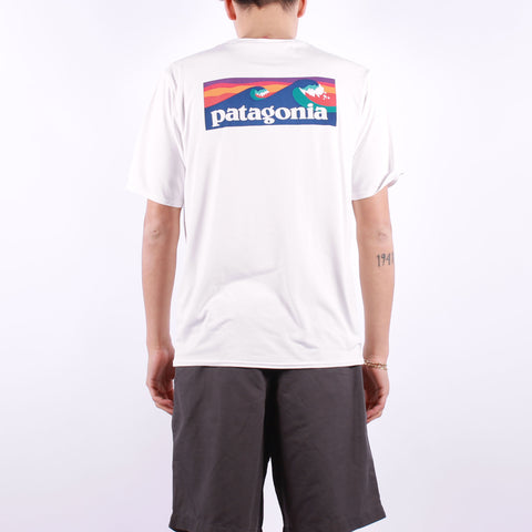 Patagonia - Ms Cap Cool Daily Graphic Shirt - Boardshort Logo White