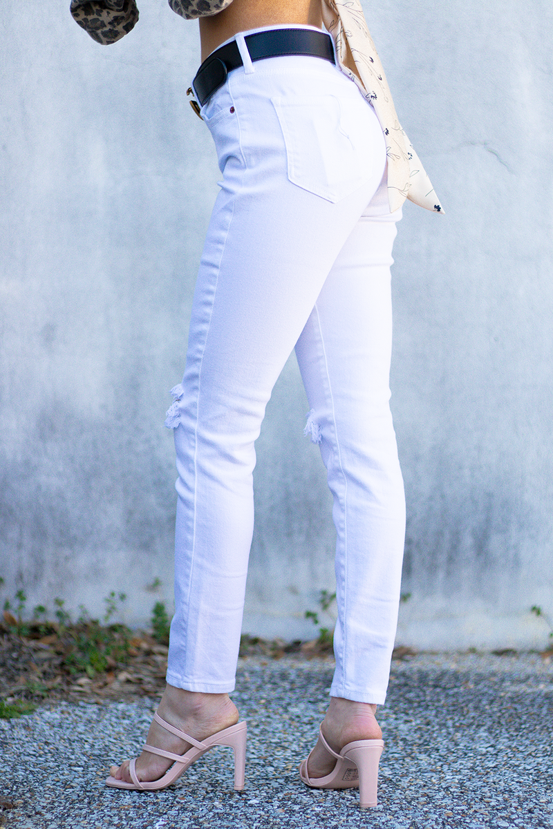 EVERYONE NEEDS A FRESH PAIR OF WHITE JEANS FOR THE SPRING TIME. WE LOVE THE STRUCTURE AND FABRIC THAT MAKE IT EASY TO WANT TO WEAR THEM EVERYDAY.  -Taylor is wearing a size small -color: white -fit structured but have a good stretch  -button and zipper closure
