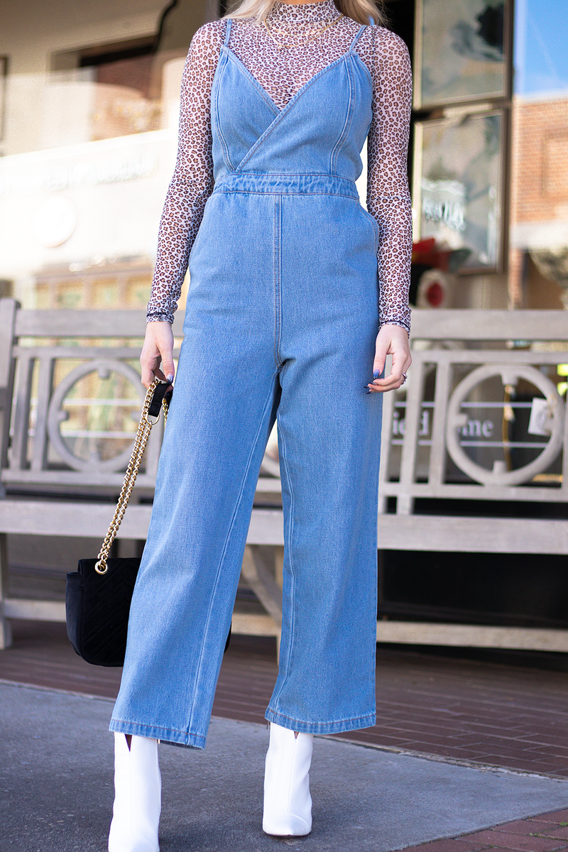 GETTING THE PERFECT JUMPSUIT IS JUST ONE OF THOSE THINGS WE GET SO EXCITED ABOUT. THIS DENIM ONE IS PERFECT FOR ANY EVENT, PAIR IT WITH SOME ADORABLE BRIGHT HEELS AND A PARTY PONY, TRUST US YOU WILL BE LOOKING ADORABLE. -Taylor is wearing a size small -color: light to medium wash denim -wrap v neck fit -zipper closure -flare bottoms