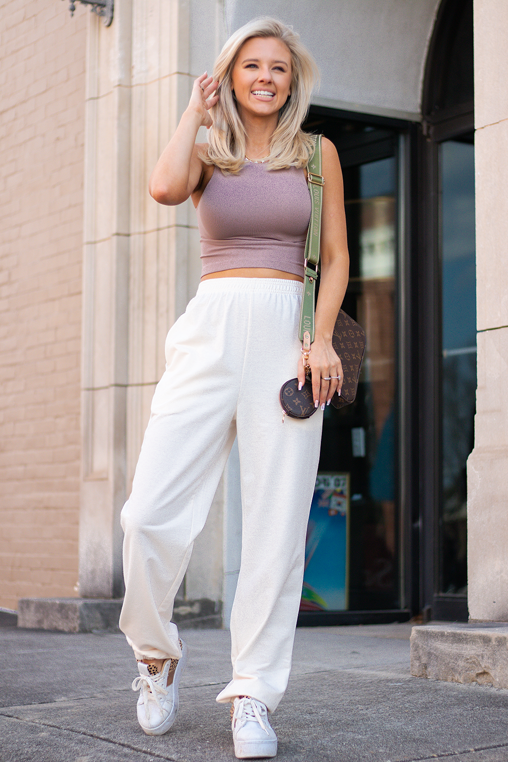 HOW ABOUT A CUTE PAIR OF SWEATPANTS YOU CAN WEAR WITH LITERALLY ANYTHING AT ANY TIME. THEY MAKE US WANT TO WAKE UP ON SATURDAY FOR A COFFEE RUN. -Taylor is wearing a size small -color: cream -elastic waistband and ankle