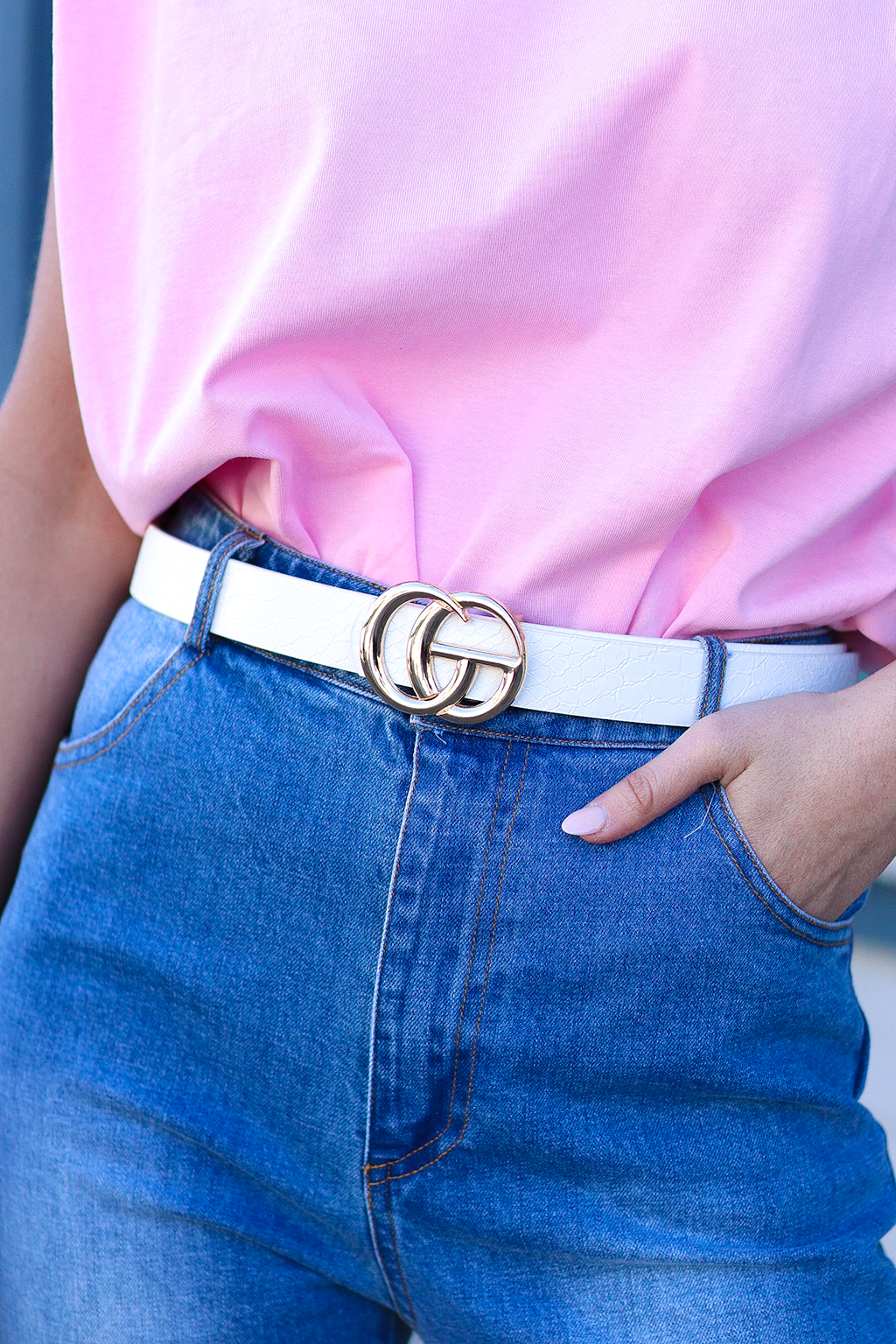 BUCKLE UP AND MAKE ALL YOUR OUTFITS LOOK LIKE A NEW ONE. THIS DOUBLE G BELT IS DESIGNER INSPIRED AND WORKS WELL FOR DRESSES AND JEANS. THE WHITE CROC MATERIAL IS PERFECT FOR WINTER AND SPRING OUTFITS.