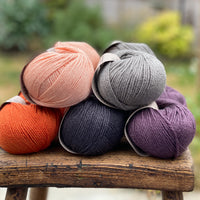 10 balls of yarn in five colours