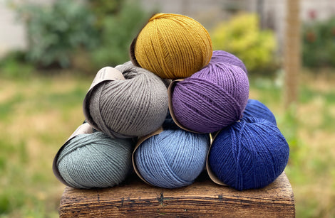 12 balls of yarn in six colours
