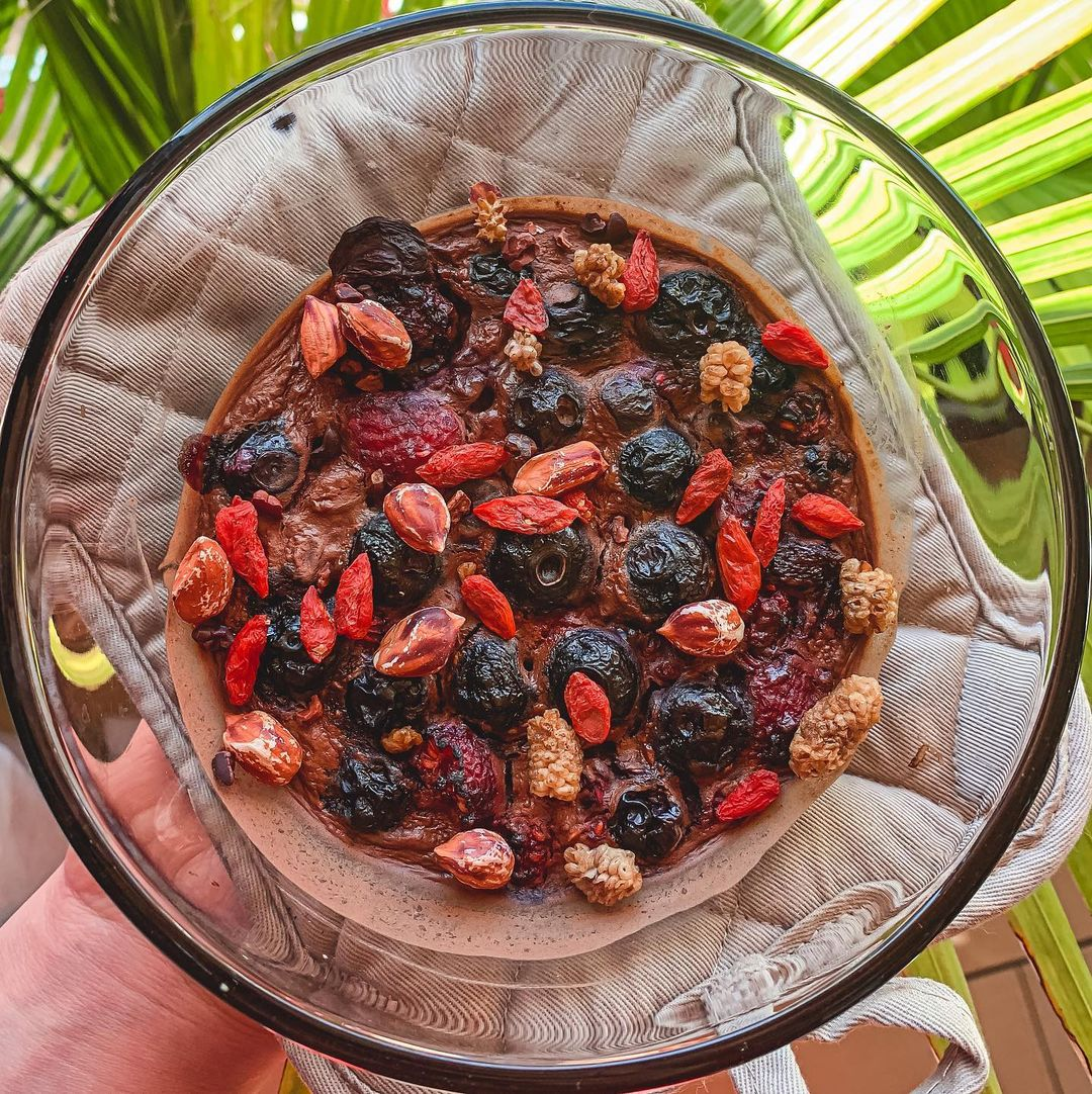 Cacao Berry Baked Oats Recipe by @but_make_it_healthy - Foods Alive
