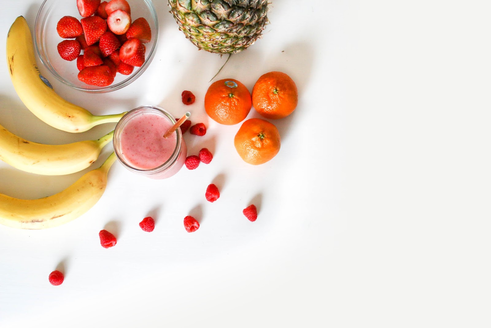 Microbiome diet: fresh fruit and a smoothie