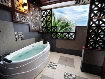 Deluxe suit beach front tioman bathtub