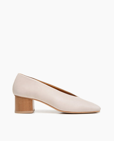 Coclico women's effortless everyday mid pump with sweetheart-cut in a soft neutral leather. Coclico shoes are sustainably made in Spain.