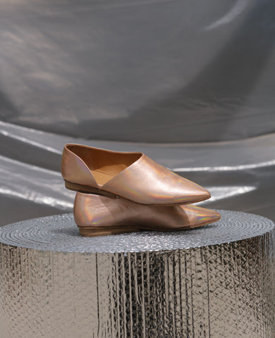 Coclico women's babouche inspired everyday flat with elegant cut in iridescent peach metallic leather. Coclico shoes are sustainably made in Spain.
