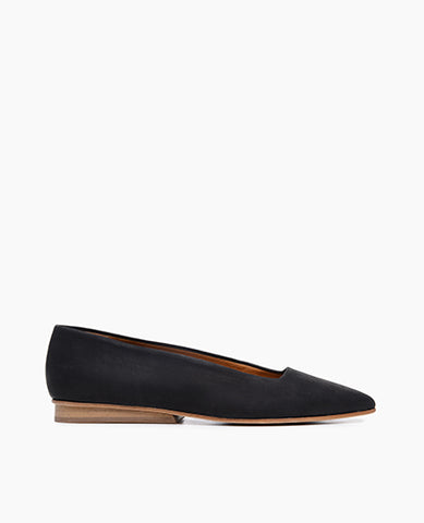 Coclico women's flat with a pointed toe and contemporary cut in black leather. Coclico shoes are sustainably made in Spain.