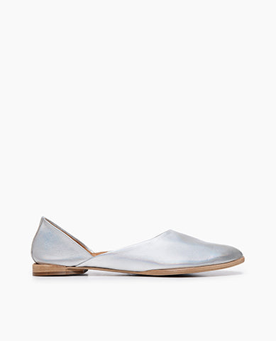 Coclico women's minimal and modern round toe flat in an iridescent metallic leather. Coclico shoes are sustainably made in Spain.