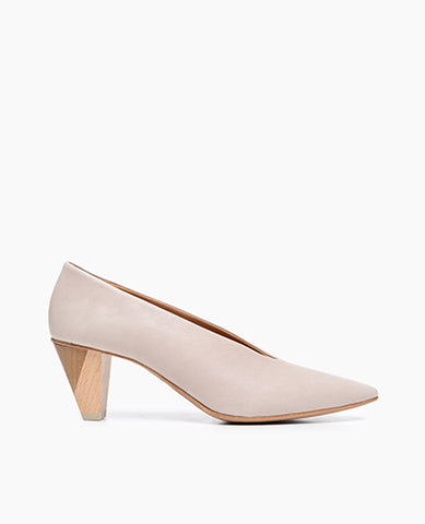 Coclico women's redefined classic pointed pump in a neutral leather with a color-blocked wood heel. Coclico shoes are sustainably made in Spain.