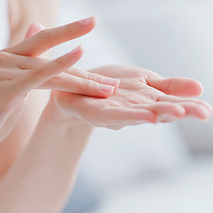 Hobacare Jojoba - Applying oil to hands