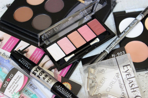 Cosmetic Grab Bag 5 Items ....................-2 Girls 1 Shop