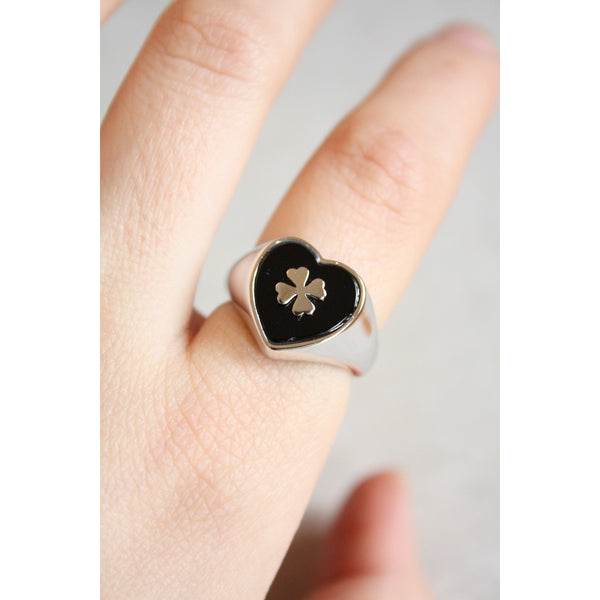 Silver ring by a heart with black background engraved a clover leaf silver made in Italy - Susy de Marchi Jewelry