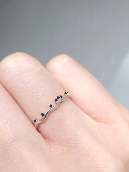 925 Silver Tiny Black Gem Thin Wave Ring - whoami