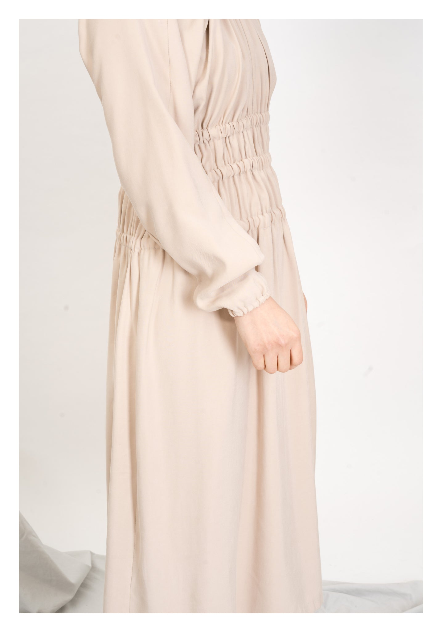 Slim Cut Shirring Dress Beige - whoami