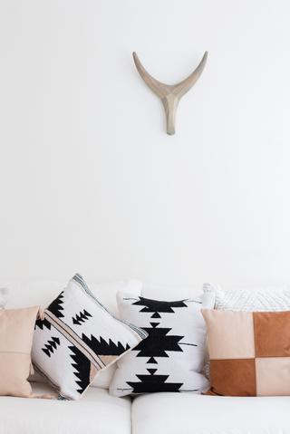 Hoja Negra Cushion - White Moss Collection